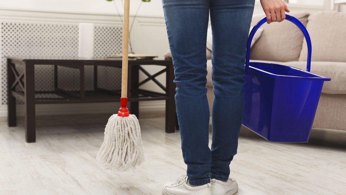 La pulizia dei pavimenti in presenza dei bambini